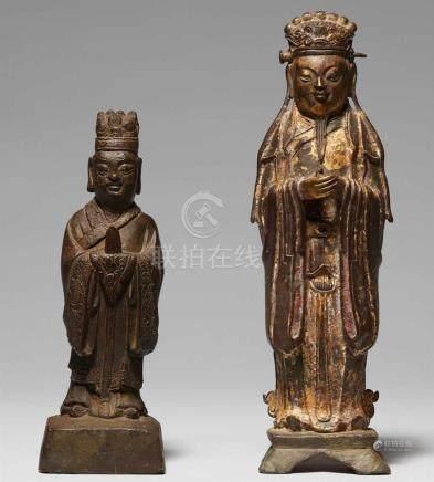 Zwei Figuren von vergöttlichten Kaisern. 17./18. Jh.Beide auf Sockeln stehend, die Hände vor der
