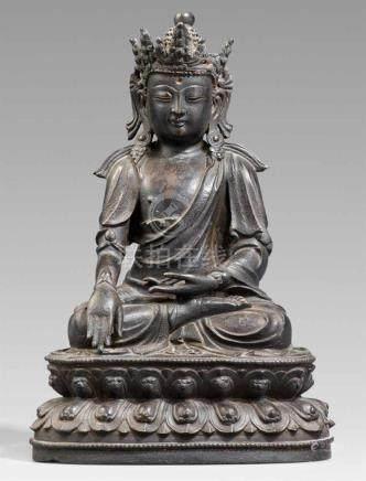 Bekrönter Buddha. Bronze. 17./18. Jh.Im Meditationssitz auf einem doppelten Lotossockel. Die