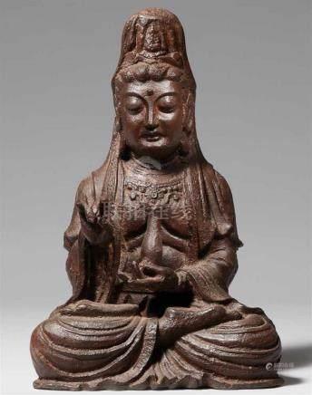 Figur des Bodhisattva Guanyin. Eisen. Ming-ZeitIm Meditationsitz, beide Hände in mudra, die linke