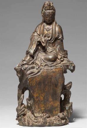 Bodhisattva Guanyin, Bronze. Südchina. 18. Jh.In lalitasana auf einem steil aufragenden, von