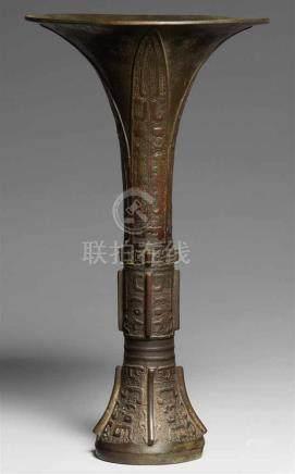 Altarvase. Bronze. Ming-ZeitIn der Art eines archaischen Kelchgefäßes vom Typ gu, an Fuß und