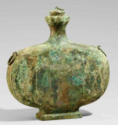 Flache Weinflasche (bianhu). Bronze. Im Stil der Han-ZeitAuf ausschwingendem rechteckigen Fuß,