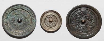 Drei Spiegel. Bronze. Ming-Zeit und später, nach früheren Modellena) Mit Tieren, Inschrift und