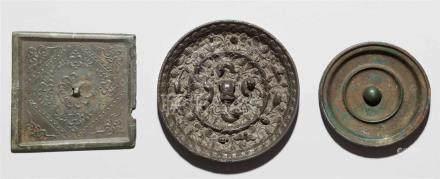Drei Bronze-Spiegela) Viereckig, In flachem Relief Blüten und Ranken. Wohl Song-Zeit. b) Rund. Um
