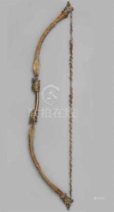 Bogen. Bronze und TierfellGeschwungener Bogenarm. In der Mitte am Handgriff vierfache Vertiefungen