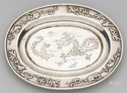 Niedriges, ovales Schälchen, Silber. Um 1900Im Spiegel ein Drache in Gravur, auf der Fahne Bambus