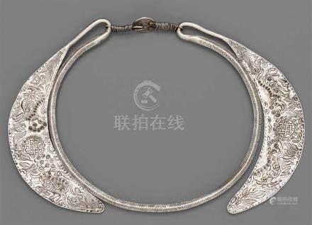Halsreif der Miao- und Yi-Ethnie. Silber. Südchina, Provinz Yünnan, Distrikt MalipoOvaler,