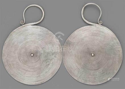 Paar besonders große Ohrringe der Miao-Ethnie. Silber. Südchina, Provinz Guizhou, Distrikt Huishui,