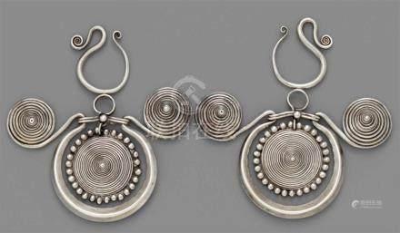 Paar Ohrgehänge der Miao-Ethnie. Silber. Südchina, Grenzbereich der Provinzen Guizhou/Guangxi. Ca.