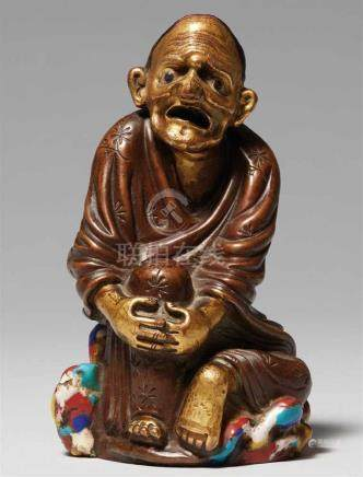 Figur eines luohan. Bronze und Email. 18./19 Jh.Sitzend auf einem Felsen, gravierte Blütenzweige auf