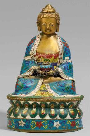 Buddha. Email cloisonné. Spätes 19./20. Jh.Im Meditationssitz auf einem doppelten Lotossockel, in