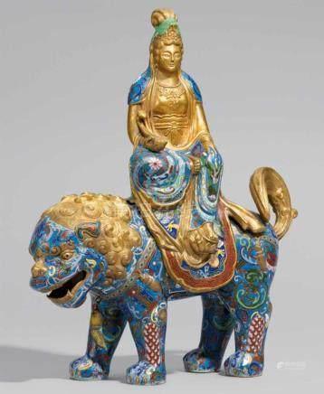 Große Figur des Bodhisattva Wenshu. Email cloisonné. 20. Jh.2-tlg. Auf einem großen Löwen sitzend,