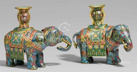 Paar Elefanten. Email cloisonné. 20. Jh.Den Kopf wenig zur Seite gewandt und mit eingerolltem