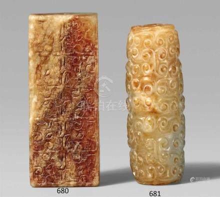 Jade-Anhänger. Im Stil der Zhou-ZeitVon länglich rechteckiger Form mit vertikaler Durchbohrung,
