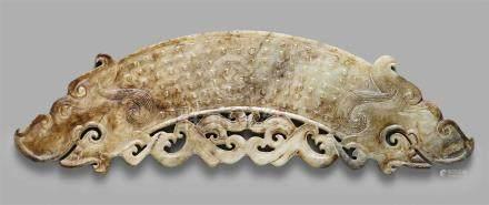 Jade-Ornament (huang). Im Stil der Zhou-ZeitEin Doppel-Drachenkopf-Ornament in archaischer Form,