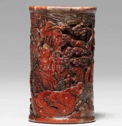 Speckstein-Pinselbecher. Qing-ZeitDekoriert mit einer felsigen und mit Bäumen bestückten Landschaft.