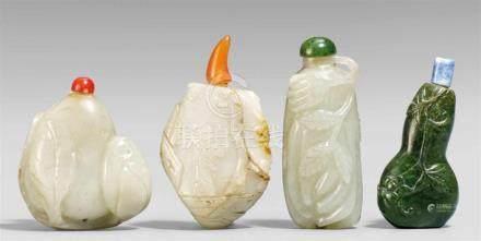 Vier snuff bottle. Jade. 19./20. Jh.Drei aus heller, graugrüner Jade, a) in Form von zwei in Blätter