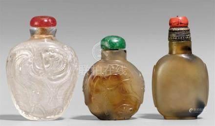 Drei snuff bottle. Bergkristall und Achat. 19./20. Jh.a) Aus Bergkristall, beidseitig dekoriert in