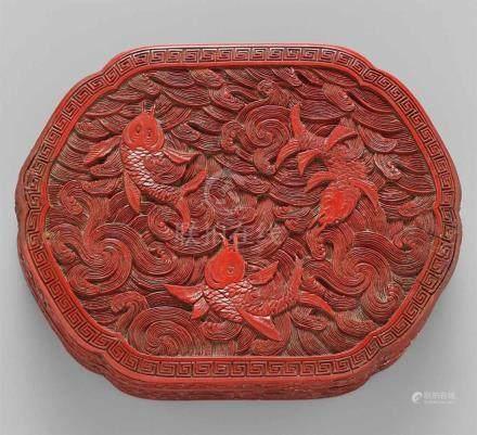 Deckeldose. Roter Schnitzlack. 19. Jh.Von gewölbter Form, dekoriert mit drei Karpfen, die durch