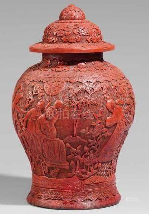 Deckelvase. Roter Schnitzlack. Qing-ZeitVon Balusterform mit gewölbtem Deckel, dekoriert mit einer