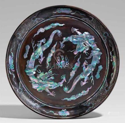 Große Platte. Schwarzlack mit Perlmuttereinlagen. Ryûkyû. 18. Jh.Der Holzkern mit Schwarzlack