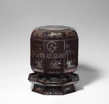 Speisebehälter. Braunlack mit Perlmutteinlage. Ryûkyû. 19. Jh.Achteckige Form mit zwei Behältern auf