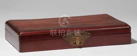 Länglicher Kasten. Huanghuali-Holz. 19./frühes 20. Jh.Abgerundete Deckelkanten. Fledermausförmiger