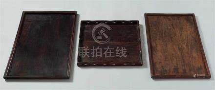 Drei viereckige Tabletts. Zitan-Holz. 19. Jh.a) Rechteckig, mit profiliertem Rand. Risse in der