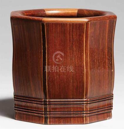 Großer Pinselbecher. Zitan-HolzAchteckig, zusammengesetzt aus wenig geschwungenen Paneelen, an den
