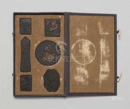Set von sechs Tuschesteinen in KastenSechs unterschiedlich geformte Steine mit Drachen und einem