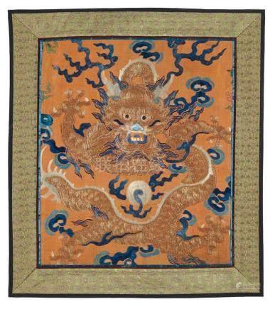 Neun Fragmente von Drachenroben. Qing-ZeitSechs bestickt, drei gewebt. Drachen- und Wellenmotive.