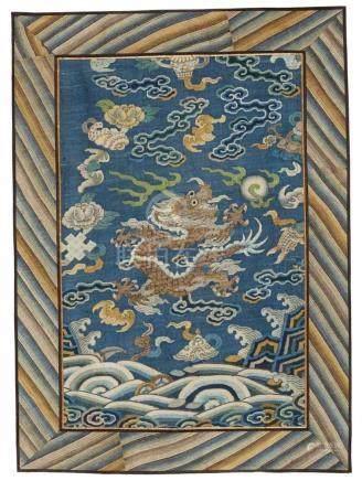 Fünf unterschiedlich große kesi-Fragmente. Qing-Zeita) Drache auf blauem Grund aus einer Drachen-