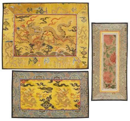 Sieben kleine Seidenpaneele. Qing-ZeitGewebt, teilweise in kesi, bestickt und geschorener Samt, vier