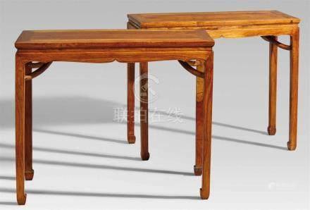 Paar Tische. Huanghuali-Holz. 18./19. Jh.Auf vier Beinen mit Kantenprofil und eingerollten Füßen,