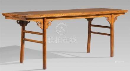 Zeichentisch. Ju-Holz. 1. Hälfte 19. Jh.Auf vier zurückgesetzten, runden, kräftigen Beinen, die an