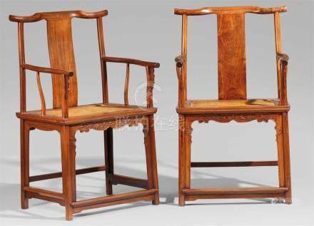 Paar Armlehnstühle vom Typ sichutou guanmaoyi (Beamtenmütze). Huanghuali-Holz. 18. Jh.Auf vier