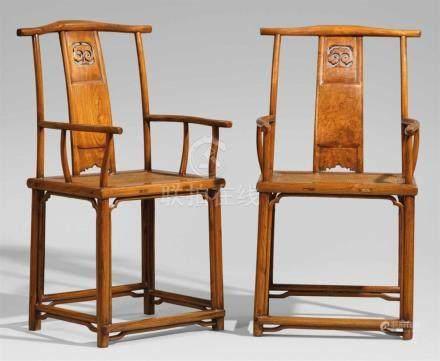 Paar Armlehnstühle vom Typ sichutou guanmaoyi (Beamtenmütze). Huanghuali-Holz. 18./19. Jh.Auf vier