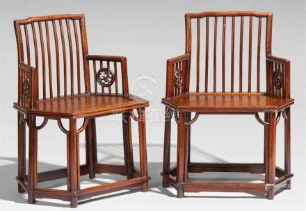 Paar sechseckige Stühle. Jichimu-Holz. 19. Jh.Auf runden Beinen, die den Sitzrahmen durchstoßen