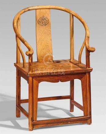Stuhl mit hufeisenförmiger Lehne. Huanghuali-Holz. 19. Jh.Auf vier abgerundeten Beinen, durch