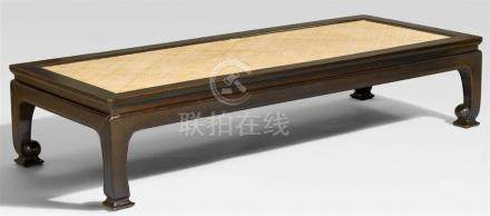Tagesbett (ta). Schwarz gebeiztes hongmu-HolzAuf vier kräftigen Vierkantbeinen, die sich nach
