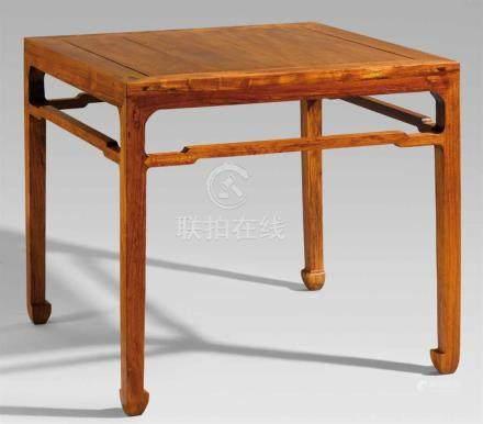 Tisch. Hartholz. 20. Jh.Auf vier Vierkantbeinen mit hufförmigen Füßen, verbunden durch Streben. H 80