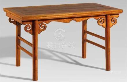 Tisch. Hartholz. 20. Jh.Auf vier kräftigen runden Beinen, an den Schmalseiten mit zwei Streben