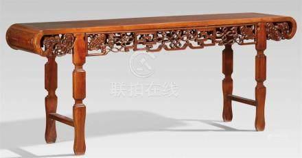Langer Tisch. Hartholz. Frühes 20. Jh.Auf vier flachen, zweifach eingezogenen Beinen mit je einer
