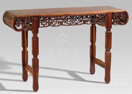 Schmaler Tisch. Harthorlz. Um 1900Auf vier flachen Beinen, dreifach eingezogen, an den