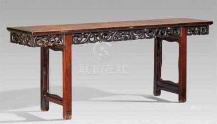 Langer Tisch. Hartholz. Um 1900Auf vier geraden Vierkantbeinen, an den Schmalseiten mit einer großen