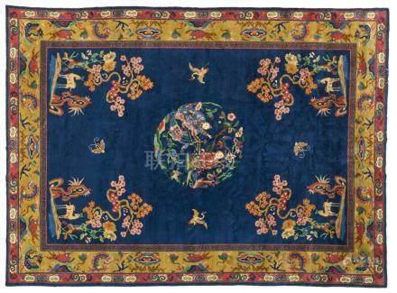 Sehr großer Teppich. Wolle. 20. Jh.Im blaugrundigen Mittelfeld in vielen Farben ein zentrales