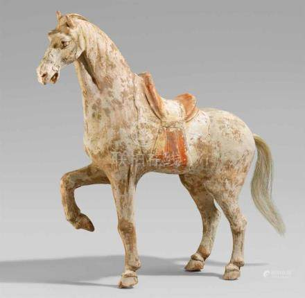 Figur eines stehenden Pferdes. Tang-Zeit (618-907)Stehendes gesatteltes Pferd mit angewinkeltem