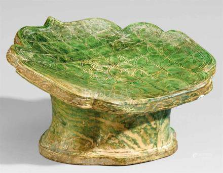 Kopfstütze. Tang-/Liao-Zeit (618-1125)Blattförmiges Kissen mit konkaver, abgeschrägter Oberseite,