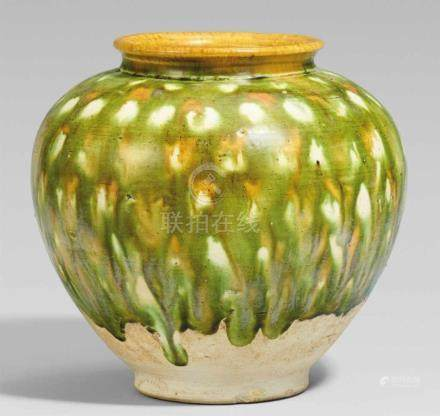 Schultertopf mit sancai-Glasur. Tang-Zeit (618-907)Kugeliger Topf, sich nach unten verjüngend, mit