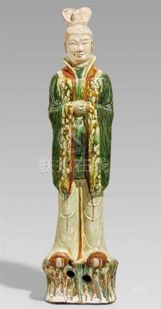 Figur eines stehenden Beamten mit sancai-Glasur. Tang-Zeit (618-907)Auf einem felsartigen Sockel